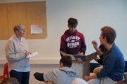 Bilde av ekstern veileder sammen med elever